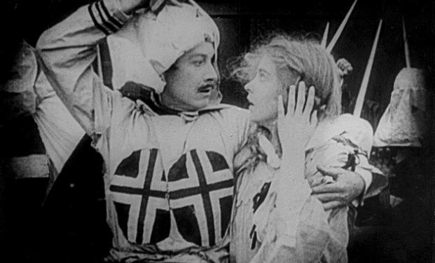 Una scena del film Nascita di una nazione (1915) di David Wark Griffith