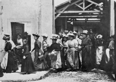"""Una scena di """"L'uscita dalle Officine Lumiere"""" (1895)"""