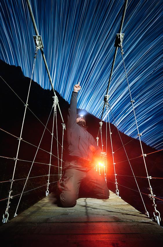 Touch & Catch the Stars, Valle Gesso. Selfie sulla passerella sul torrente Gesso prossimo alle Terme di Valdieri. Nikon D7000 + Nikkor 10-24 + Nikon SB-910. Scatto per suolo con flash sulla seconda tendina + 850 scatti per lo Star Trails.