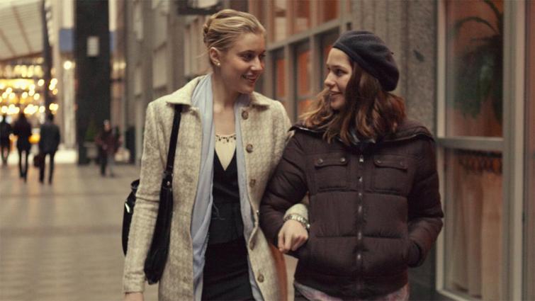 Greta Gerwig e Lola Kirke in una scena del film