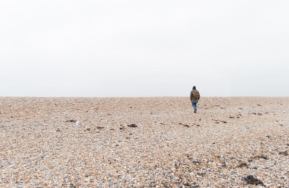 uomo in spiaggia da solo. Lolini