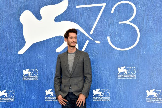 Pierre Niney alla 73. Mostra del Cinema di Venezia - fonte: www.styleandfashion.blogosfere.it