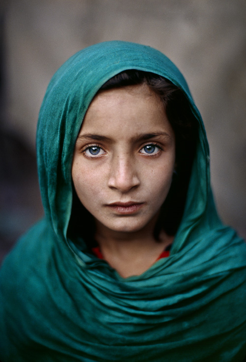 Steve McCurry - Girl with Green Shawl, Peshawar, Pakistan, 2002. Fonte: http://www.artnoise.it/