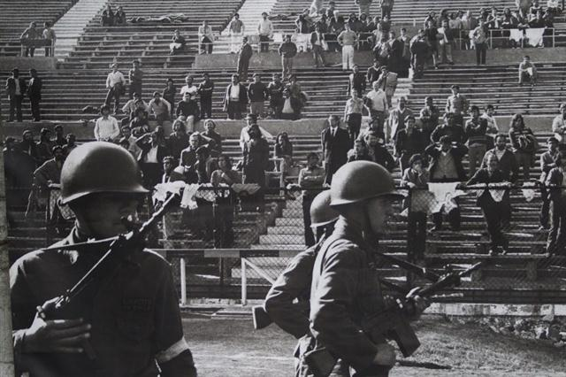 Militari cileni nello stadio di Santiago. www.lanacion.com.ar